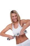 Eignungserie - lächelnde blonde Frau mit Gewichten Stockfotografie