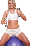 Eignungserie - lächelnde blonde Frau mit Gewichten Lizenzfreie Stockfotografie