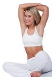 Eignungserie - lächelndes blondes Frauenausdehnen Lizenzfreies Stockfoto