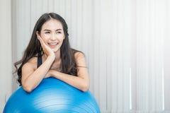 Eignungsfrau auf pilates bal Stockfotografie