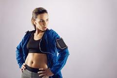 Eignungsfrau in der Sportkleidung, die weg copyspace betrachtet Lizenzfreie Stockbilder