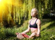 Eignungsfrau, die Übungen während Quertrainingstrainings des im Freien am sonnigen Morgen tut Stockbild