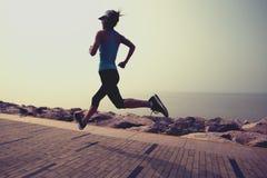 Eignungsfrau, die auf Küstenspur läuft stockfotografie