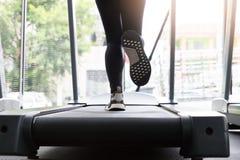 Eignungsfrau, die auf laufender Maschine an der Turnhalle, Fett brennend Herz läuft lizenzfreie stockbilder