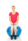 Eignungsfrau, die auf pilates Ball sitzt Stockfoto