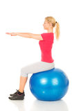 Eignungsfrau, die auf pilates Ball sitzt Stockbilder