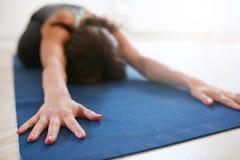 Eignungsfrau, die balasana Yoga tut Lizenzfreie Stockfotos