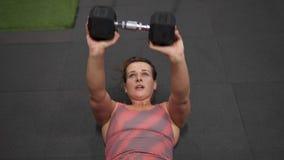 Eignungsfrau, die belastetes SitzenUPS-Training in der Turnhalle tut stock video