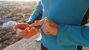 Eignungsfrau, die das smartwatch im Freien betrachtet stock footage
