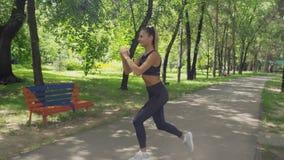 Eignungsfrau, die Laufleinenübungen für Beinmuskel-Trainingstraining tut stock footage