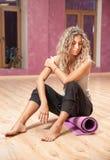 Eignungsfrau, die nach Übungen stillsteht Stockfoto