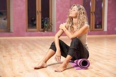 Eignungsfrau, die nach Übungen stillsteht Stockfotos
