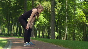 Eignungsfrau, die nach laufendem Marathon stillsteht Müdes Mädchen nach dem Training im Freien stock footage