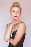 Eignungsfrau mit einem schönen Körper und einer Tätowierung Sexy bezaubernde Blondine Lizenzfreies Stockfoto