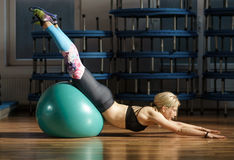 Eignungsfrau mit Turnhallenball Lizenzfreies Stockfoto