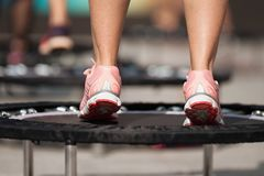Eignungsfrauen, die auf kleine Trampolinen springen lizenzfreie stockfotografie