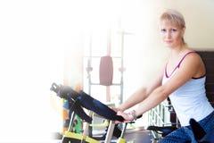 Eignungsfrauen-Fahrradtrainer in der Turnhalle Lizenzfreie Stockbilder