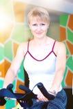 Eignungsfrauen-Fahrradtrainer in der Turnhalle Stockbilder