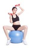 Eignungsfrauen-Sporttraining mit Übungsball und anhebenden Gewichten Lizenzfreies Stockbild