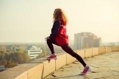 Eignungsfrauenläufer, der nach Stadtbetrieb sich entspannt Stockbild