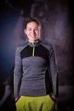 Eignungsfrauenporträt an der Turnhalle Lächelnder glücklicher weiblicher Eignungslehrer, der Kamera betrachtet Lizenzfreies Stockfoto