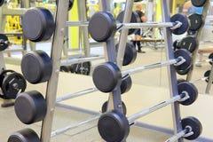Eignungshalle mit Gewichten und anderer Sportausrüstung Lizenzfreies Stockfoto