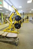 Eignungshalle mit Gewichten und anderer Sportausrüstung Stockfotografie