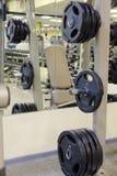 Eignungshalle mit Gewichten und anderer Sportausrüstung Stockbild