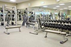 Eignungshalle mit Gewichten und anderer Sportausrüstung Stockbilder