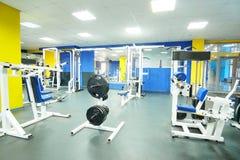 Eignungshalle mit Gewichten und anderer Sportausrüstung Lizenzfreie Stockbilder