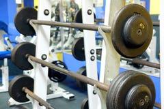 Eignungshalle mit Gewichten und anderer Sportausrüstung Stockfotos
