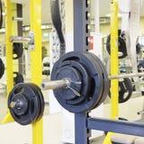 Eignungshalle mit Gewichten und anderer Sportausrüstung Lizenzfreies Stockbild
