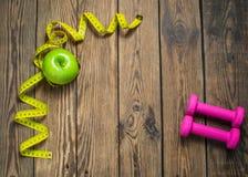 Eignungshintergrund mit Dummköpfen, grünem Apfel und dem Messen Gesundes Lebensstilkonzept mit Kopienraum stockbilder