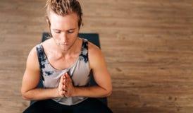 Eignungskerl, der Yogameditation tut Stockfotografie