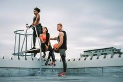 Eignungsleute, die eine Pause von der Trainingsstellung auf Dachspitze machen lizenzfreies stockbild