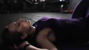 Eignungsmädchen, das Übung auf der Bauchpresse auf dem Boden tut Beendet die Übung und entspannt sich Das Konzept eines gesunden  stock video footage