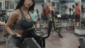 Eignungsmädchen, das Übung im Blocksimulator in der Turnhalle tut stock video footage