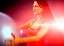 Eignungsmädchen, das in der Turnhalle mit fitball Aerobic trainiert Lizenzfreies Stockfoto