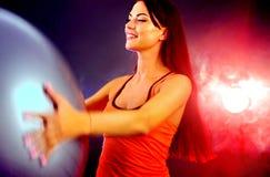 Eignungsmädchen, das in der Turnhalle mit fitball trainiert stockbilder