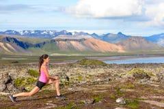 Eignungsmädchen, das Laufleinenübung in der Natur tut Lizenzfreies Stockbild