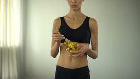 Eignungsmädchen, das messendes Band, Konzept von bmi Steuerung, Lebensmittelbeschränkungen isst stock video footage