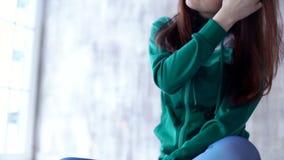 Eignungsmädchen, das mit ihrem Haar spielt stock video footage
