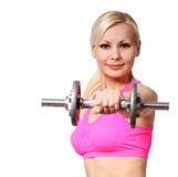 Eignungsmädchen mit Dummkopf. glückliche blonde anhebende Gewichte der jungen Frau, lokalisiert Lizenzfreie Stockfotografie