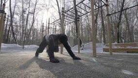 Eignungsmann, den das Handeln drückt, ups und Übungen auf der Wintersportausbildung ausdehnend lizenzfreie stockbilder