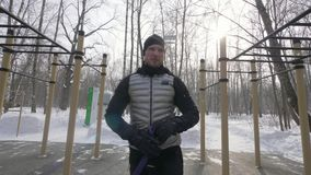 Eignungsmann, der Expander für Training im Freien auf Sportplatz im Winterpark verwendet stock video