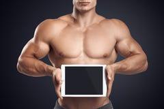 Eignungsmann, der horizontal digitale Tablette mit leerem scre hält stockfotos