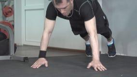 Eignungsmann, der klatschendes intensives Training StoßUPS-Übung in der Turnhalle tut stock video