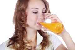Eignungsmodell, das einen Orangensaft trinkt Lizenzfreie Stockfotos