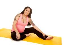 Eignungsrosa der schwangeren Frau sitzen Ausdehnung Stockfotografie