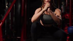 Eignungsschritt, Training, Aerobic, Sportkonzept - athletischer Frauentrainer am Schritthandeln aerob mit Steppers zuhause stock video footage